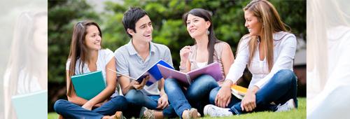 День знаний ! Обчение за границей ! Ученики на открытом воздухе у частной школы
